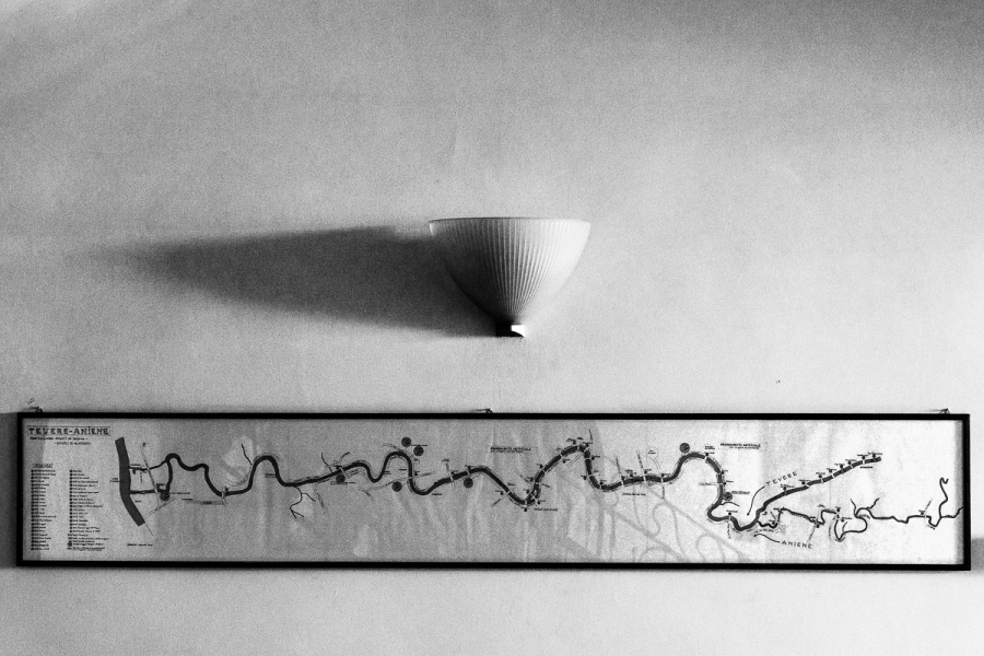 Il percorso del fiume in una mappa disegnata a mano esposta all'interno della sede dei VVF fluviali